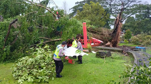 Diterjang Angin Kencang, Atap Sanggaluri Park di Kutasari Ambruk
