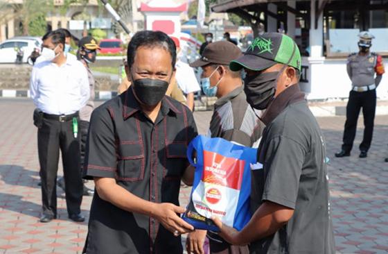 Ketua DPRD Jateng Bagikan 3,6 Ton Beras untuk Warga Terdampak Covid