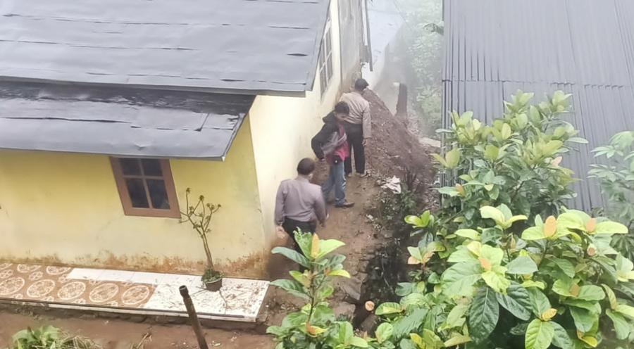 Hujan Deras, Talud Rumah di Karangjambu Longsor