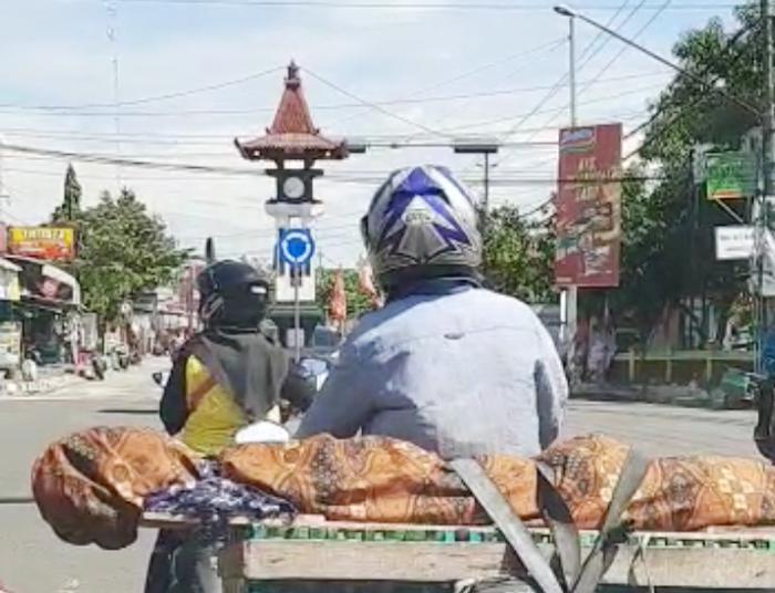 Viral di Medsos, Anak Angkut Jenazah Ibunya di Atas Bronjong dan Motor