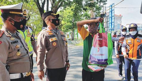Sopir Pelanggar PPKM Darurat Dapat Sembako dari Polres Demak