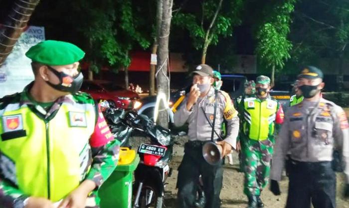 Malam Hari, TNI-Polri di Purbalingga Terus Sosialisasikan  Penggunaan Masker