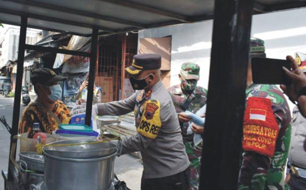 Peduli Warga Terdampak PPKM Darurat, TNI-Polri Bagikan Sembako di Demak